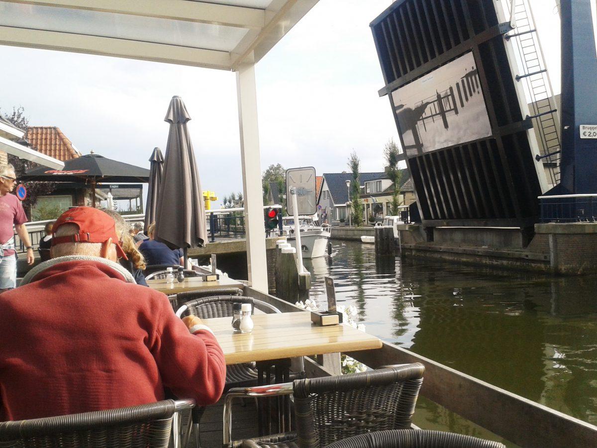 Blick auf die geöffnete Brücke in Echtenerbrug